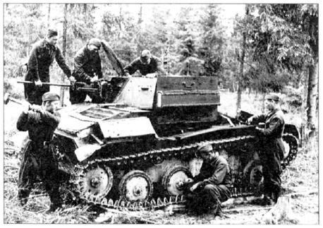 Ремонт танка Т 60. Волховскии фронт, май 1943 года (РГАКФД)