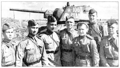 Группа танкистов из 30й гвардейской танковой бригады позирует на фоне танка Т-31-76. который был собран на УИЗ в январе 1943 года. Ленинградский фронт, лето 1943 года (АВЛ )