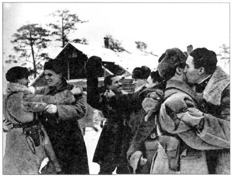 Блокада прорвана! Встреча в Рабочем поселке Л-1 воинов 1-го батальона 123-й стрелковой бригады Ленинградского фронта с бойцами 372 й стрелковой дивизии Волховского фронта. 18 января 1943 годи (АВЛ)