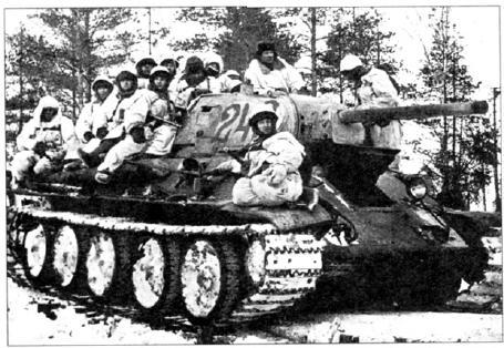 Группа автоматчиков на танке Т114 76 XI13 с тактическим номером «242» готова выдвинуться на рубеж атаки. Ленинградский фронт, 152я танковая бригада, январь 1943 года (АВЛ