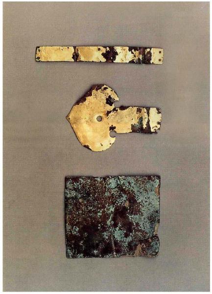 Бляха позолоченного бронзового пояса, украшение и полоска позолоченной бронзовой короны, раскопанные в гробнице короля Тангуна