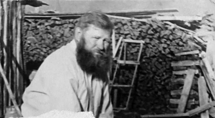 Хозяин во дворе. С. Верх-Уймон. Фото начала 1970-х гг.