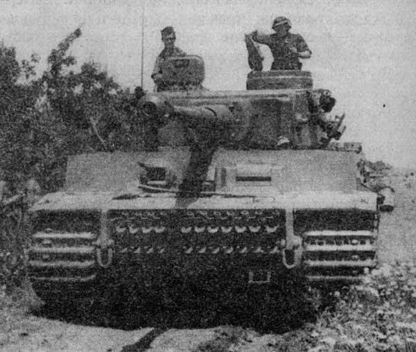Танк «Тигр» № 131 из 501-го тяжёлого танкового батальона выдвигается к линии фронта. Тунис, 1943 год.