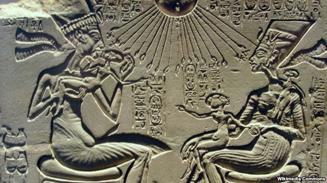 Древнегипетский рельеф, на котором изображены царь Акхенатен, Нефертити и их дети