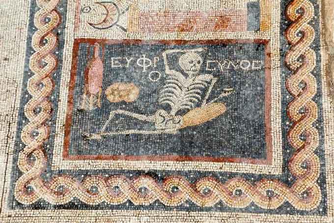 На старинной мозаике, найденной при раскопках в южной провинции Хатай обнаружено то, что можно было бы считать древним мотивационным мемом, гласящим на древнегреческом:
