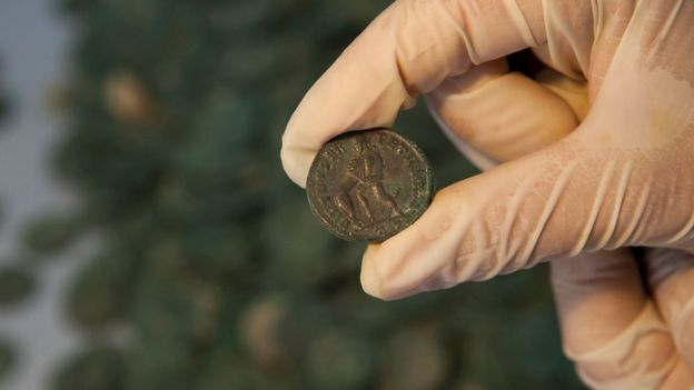 Испанские трубоукладчики нашли огромный клад римских монет