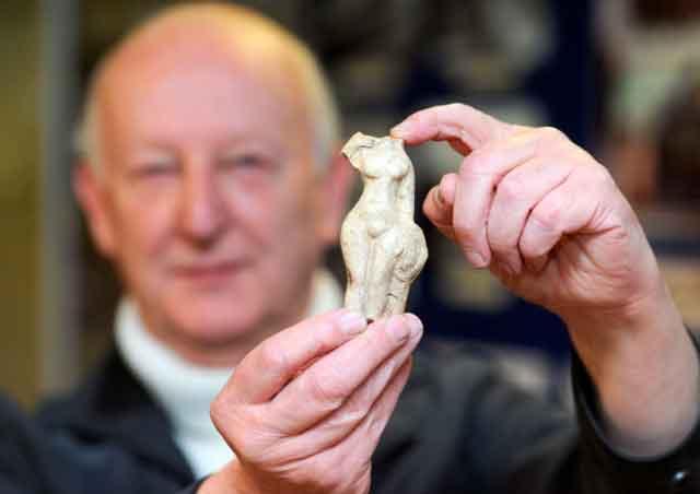 Джон Бротон изображен со статуей Венеры. Редкая находка, откопанная в саду в Лонг Мелфорде, могли бы указать на