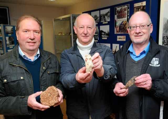 Кеннет Додд, Джон Бротон и Джон Нанн с находкой из недавних раскопок.