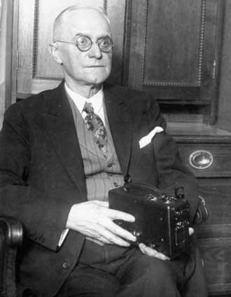 Истмен Джордж - американский изобретатель, предприниматель и филантроп, создавший первый фотоаппарат «Кодак» (слово, которое стало торговой маркой) и рулонную пленку. Основатель фирмы «Истмен Кодак компани», которая и сегодня занимает ведущее место в мировой фотоиндустрии. (род. в 1854 г. - ум. в 1932 г.)
