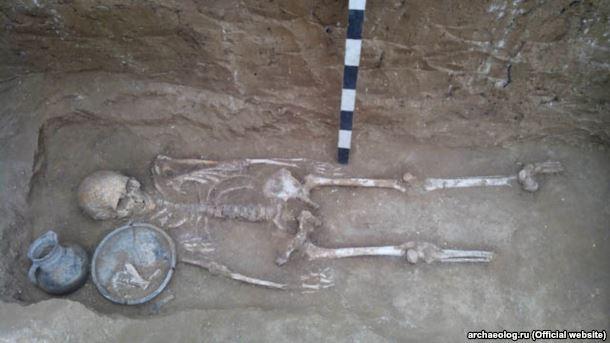 Погребение, расположенное под курганной насыпью, оказалось разграбленным и содержало только разрозненные кости и фрагменты лепных сосудов эпохи бронзы. Зато среди нескольких открытых погребений, впущенных в линию рва, найдена женская могила античного времени, содержавшая древние кувшин и тарелку, бронзовое зеркало, бусы и серьги.
