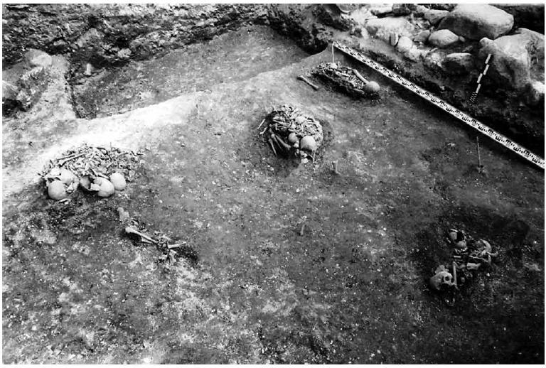 Рис. 8. Верхний ярус перезахоронений, совершённых в XVII - нач. XIX в. у стены Софийского собора