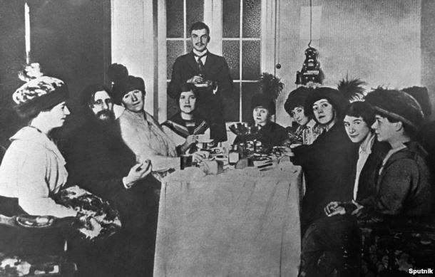 Григорий Распутин (второй слева) в кругу своих поклонниц, 1907 год