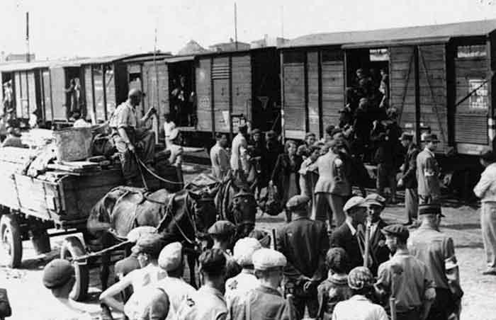 17-18 мая 1944 г. все татарское население Крыма было депортировано. Мужчины заранее были отделены от женщин и детей и затем отправлены в рабочие батальоны. Все крымские татары, находившиеся в Вооруженных силах СССР, были демобилизованы и посланы в строительные части.