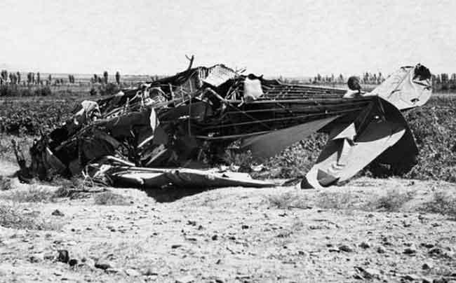 ЯК-12 был по сути воздушным такси. На борту был только пилот и 3-4 пассажира. После взлета заговорщики напали на пилота и стали наносить удары ножами, за штурвал сел Секоян, но он не смог справиться с управлением, самолет стал стремительно терять высоту. Тогда садят за штурвал пилота Эдуарда Бахшиняна, израненный летчик резко разворачивает самолет в сторону от границы. На него опять набрасываются, бьют ножами. Самолет врезается в землю. От удара о землю самолет развалился.