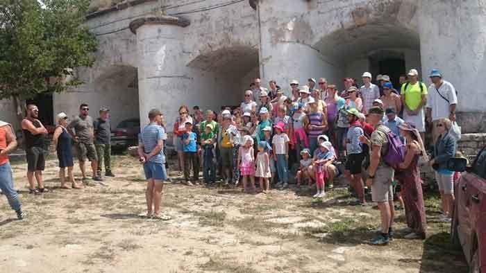 Волонтеры фонда «Археология» в крепости Керчь