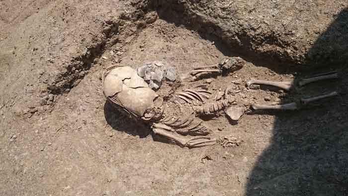 На античном некрополе Кыз-Аул (поселок Яковенково, Крым) волонтерами фонда «Археология» было найдено интересное захоронение младенца II века н.э. Его необычность заключается в том, что у погребенного по варварской традиции был сильно деформирован череп. Это захоронение участники экспедиции сразу окрестили «могилой инопланетянина».