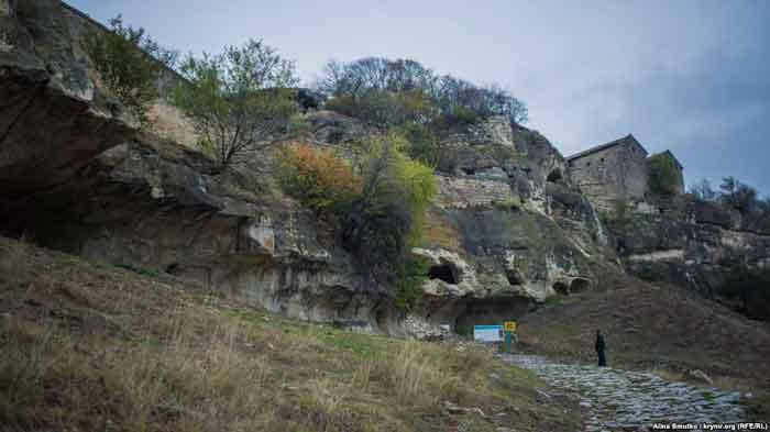 неприступная крепость Чуфут-Кале. Здесь, высоко в горах, жила наследница Чингисхана, а в хранилищах располагался монетный двор