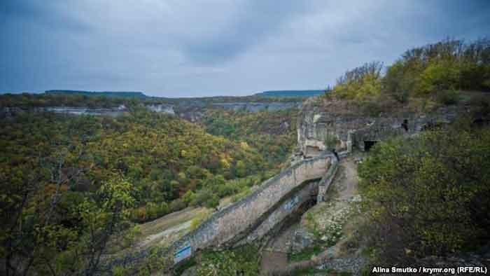 Вид с Чуфут-Кале в сторону Свято-Успенского пещерного монастыря. Согласно одной из версий, он был основан византийскими монахами в VII веке