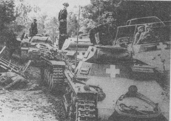 Колонна немецких танков во главе с Pz.I движется по территории Польши. Сентябрь 1939 года.