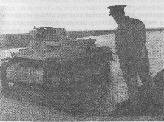 Английский офицер осматривает подбитый Pz.I Ausf.A. Северная Африка, декабрь 1941 года.