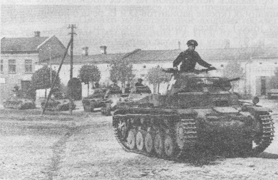 Колонна лёгких танков Pz.II и Pz.I на улице одного из польских городов. Сентябрь 1939 года.