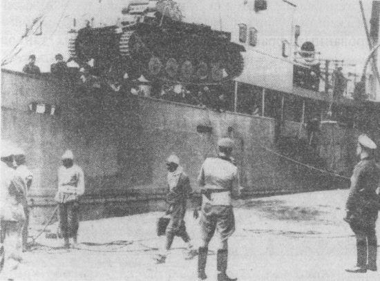 Выгрузка танков в порту Триполи. 10 марта 1941 года.