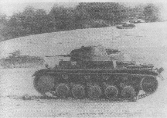Танки Pz.II в атаке. Хорошее взаимодействие между подразделениями в значительной мере обеспечивалось наличием на всех танках радиостанций.
