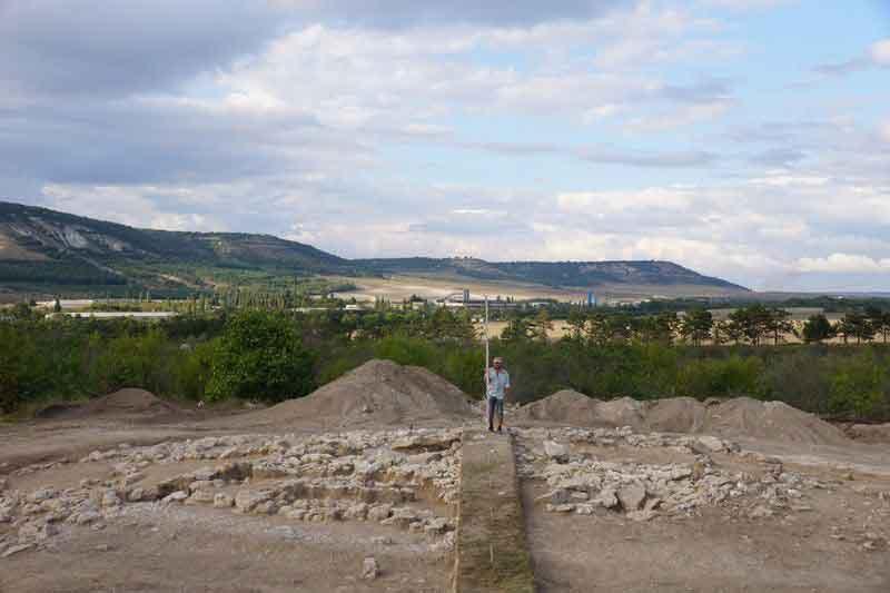 Захоронения эпохи ранней бронзы были обнаружены и при изучении кургана №2, на могильнике Эски-Юрт под Бахчисараем