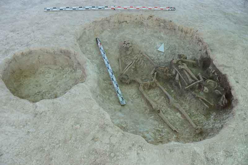 Погребения сопровождались железными ножами, коралловыми бусами, серебряными колокольчиками и железной пряжкой