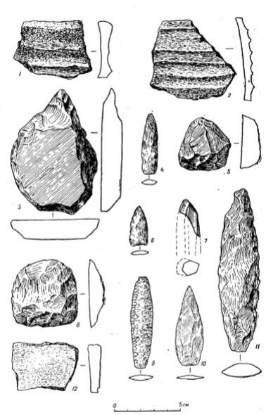 Керамика и каменные изделия со стоянок пережиточного неолита на реке Пенжине. 1-5 - обломки посуды; базальтовые изделия; скребло, наконечник стрелы и скребок (мыс Зеленый) В-7 - наконечник стрелы из кремнистого сланца и обломок обсидианового призматического нуклеу са (мыс Большой); 8-12 - базальтовые наконечники и скребок, обломок посуды (Манилы)