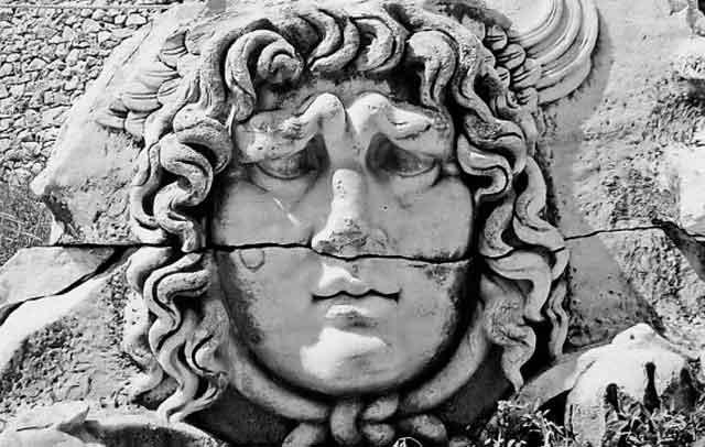 «Чудовищный рельеф с головой Медузы» [1259], с. 96. Это старинное каменное изображение Горгоны находится в «античном.» храме Аполлона в турецком городе Дидим.а