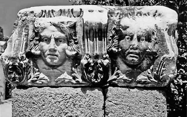 риз с головами Медузы [1259], с. 141. Левая голова Медузы Горгоны выглядит как мужская. Археологический Музей в Сидах, Турцияя