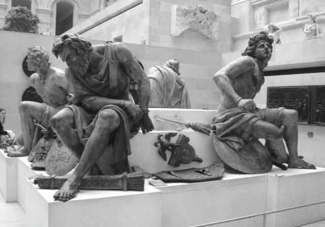 """Западно-европейская скульптура, изображающая Рим. как """"тюрьму народов"""". """"Народы"""" сидят в кандалах, а вокруг лежат доспехи римлян. Как мы теперь понимаем, """"классический Древний Рим"""" – это на самом, деле Русь-Орда XIV–XV веков. Возможно, создатели скульптуры, понимали – что именно они изображают, поскольку подчеркнуто выставили русского ДВУГЛАВОЮ ОРЛА как символ Рима. Фотография сделана авторами в музее Лувра (Париж, Фратрия) в 2006 году"""