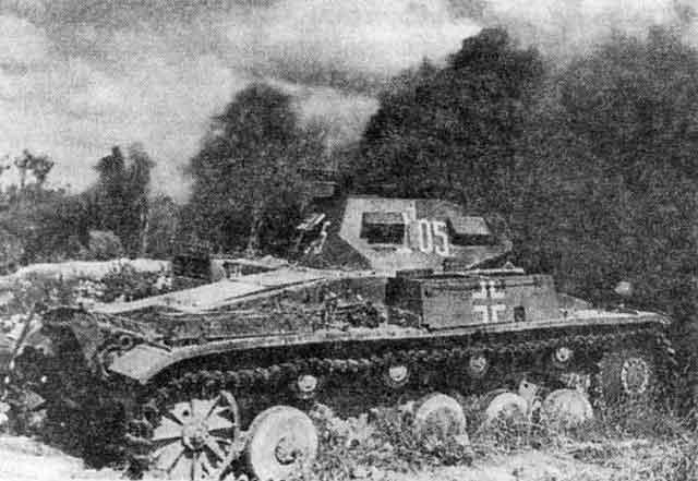 Танк Pz.II, уничтоженный огнём советской артиллерии. Западный фронт, июль 1942 года.