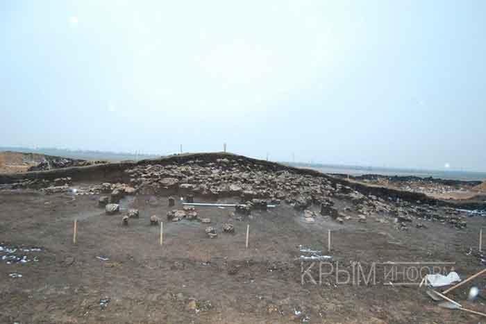 Археологи завершили исследование трёх курганов на месте строительства компанией «Центродорстрой» нового участка трассы Симферополь – Евпатория – Мирный, в которых обнаружили в общей сложности 49 погребений различных эпох.