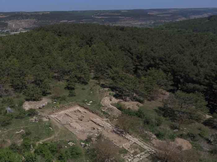 Укрепленная античная усадьба на возвышенности Масляная гора позволяла древним жителям Севастополя контролировать подступы к нижнему течению реки Бельбек.