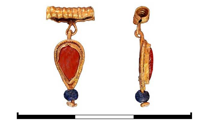 Среди находок особо выделяются золотые пронизь и подвеска каплевидной формы с красной вставкой и окантовкой зернью. Похожие изделия ранее были найдены в некрополе Херсонеса. Также выделяется перстень с вырезанной вставкой-печаткой из сердолика. Величина деления на линейке - 1 сантиметр