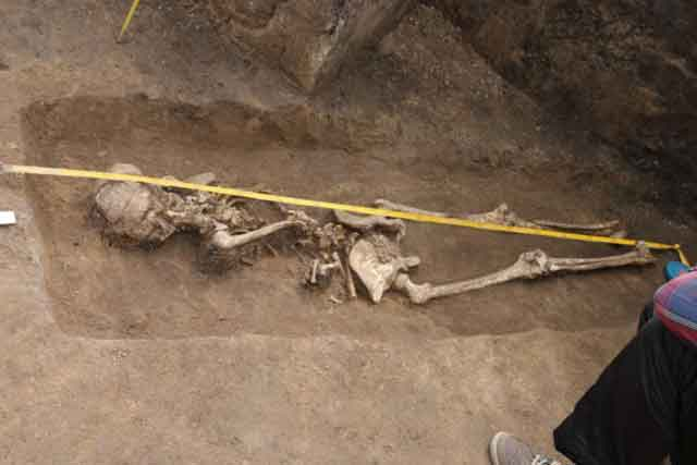 Молодая женщина (до 25 лет) была похоронена лицом вниз с запрокинутой за спину рукой. Погребальный инвентарь отсутствует