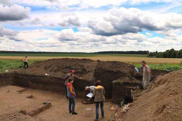 украинские археологи в Черкасской области во время раскопок Легедзинского некрополя черняховской культуры (III-IV вв. н.э.)
