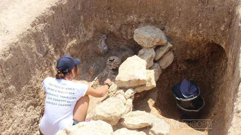 Раскопки, которые учёные уже называют крупнейшими в археологической истории Крыма, пополнили коллекции местных музеев тысячами уникальных артефактов.