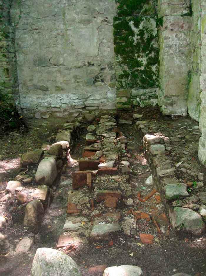 найденных здесь остатках стройматериалов из керамики вытеснена надпись на Асомтаврули – один из видов грузинского алфавита, которым пользовались в средневековье