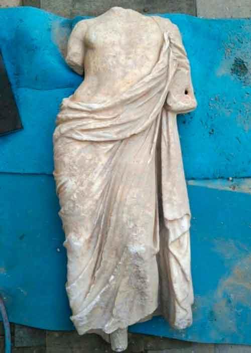 Статуя - мужской торс в одежде, в хорошей сохранности, размером 1,1 метра, ее возраст около двух тысяч лет - она либо поздней эллинистической [эпохи], то есть до нашей эры, либо ранней римской, то есть начала нашей эры