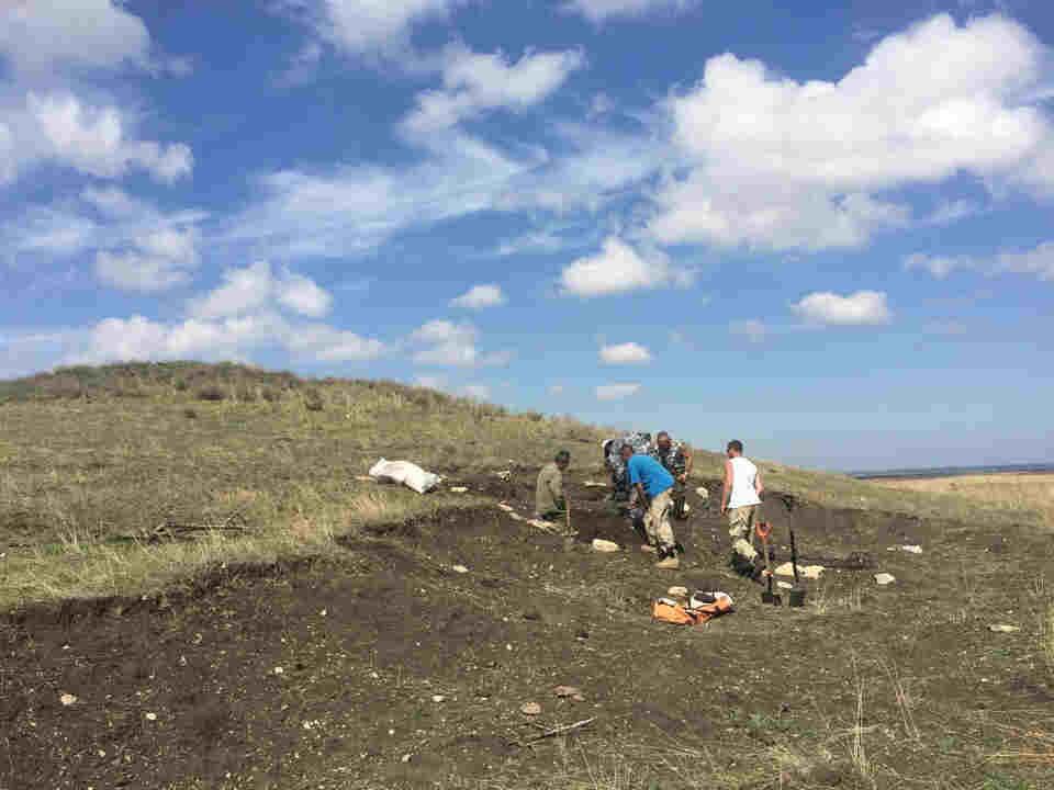 Специалисты думали, что обнаружат в кургане двух-трех человек, но оказалось, там похоронено больше сотни участников Феодосийского десанта 1942 года.