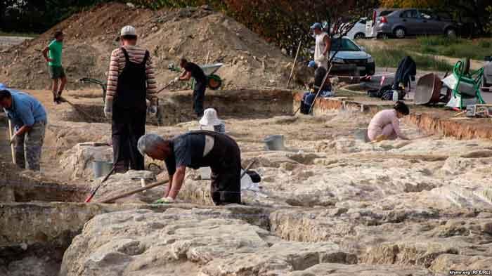 В Севастополе возле Карантинной балки археологи раскопали часть неизвестного древнего городища