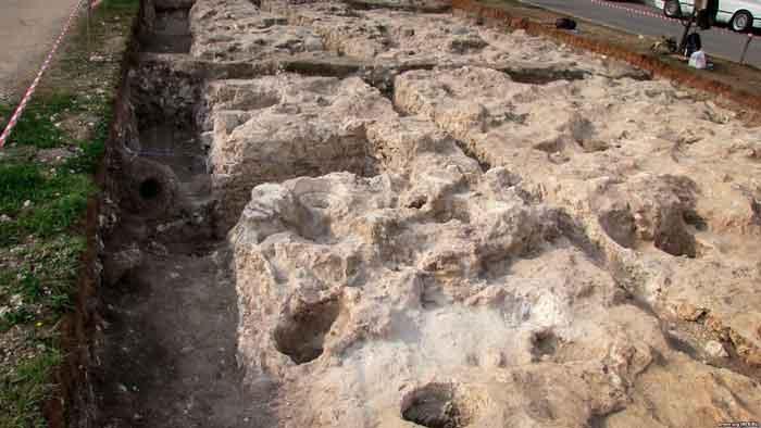 обнаруженный археологический объект принадлежит к Кеми-Обинской цивилизации, распространенной в Крыму до 3000 года до нашей эры, то есть до появления в Крыму античных греков