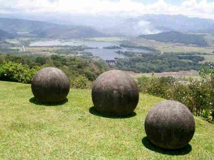 В местности Пальмар, в самом юго-восточном углу Коста-Рики и неподалеку от границы с Панамой, покоятся несколько дюжин странных каменных шаров, диаметром от полутора до двух метров. Они хаотично разбросаны по территории, которая некогда представляла собой непроходимые джунгли, в двенадцати милях от побережья Тихого океана