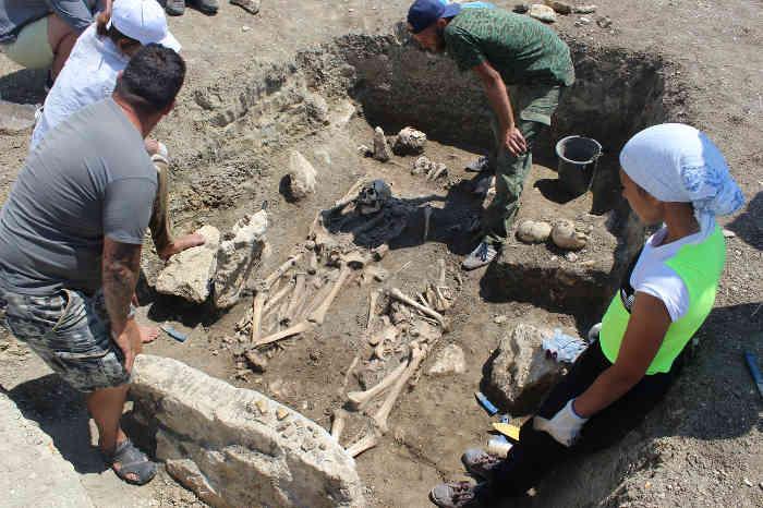 Археологи на раскопках некрополя Кыз-Аул возле пос. Яковенково на Керченском полуострове