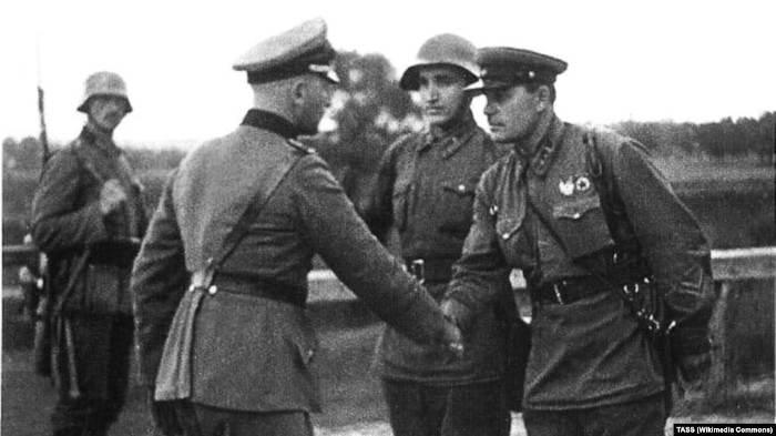 Немецкий и советский офицеры пожимают руки в конце Польской операции, 1939 год