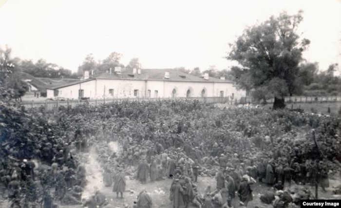 Польские военнопленные во временном лагере. Тереспольское укрепление Брестской крепости, сентябрь 1939 год