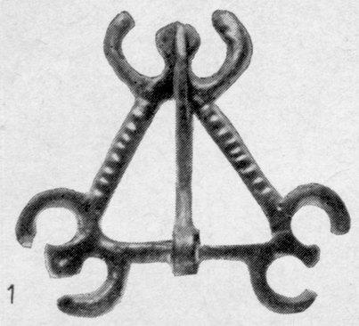 Треугольная поясная пряжка с изображением «рогов» на углах. Бронза. Государственный Эрмитаж